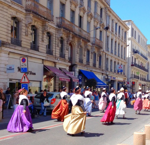Avignon dancing parade.jpg