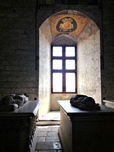 Avignon Palais des papes crypt.jpg