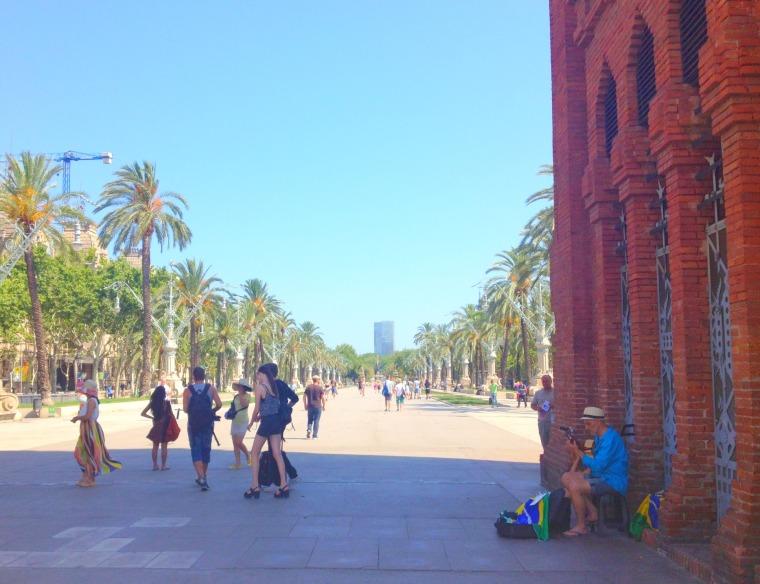 Barcelona arc de triomphe guitarist