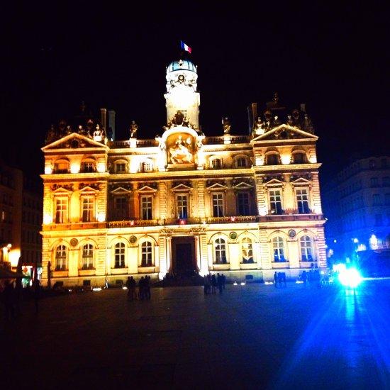 Hotel de ville at night